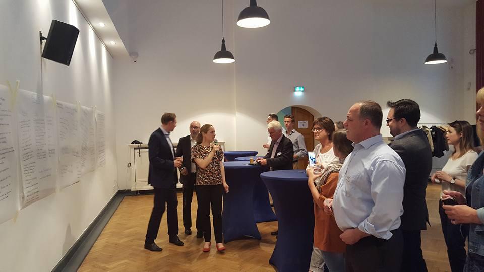 Teilnehmer blicken auf die Ergebnisse