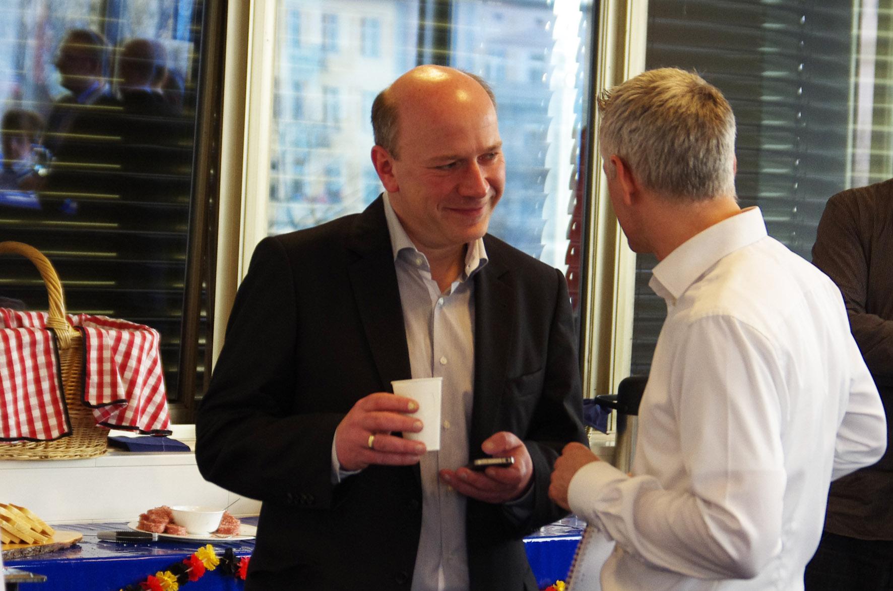 Kai Wegner mit Journalist