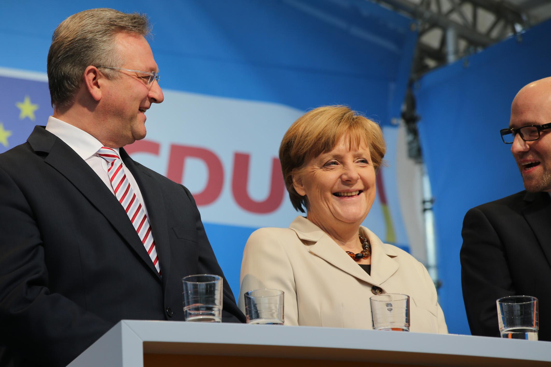 Podium mit Frank Henkel und Angela Merkel Europafest und Kundgebung 2014