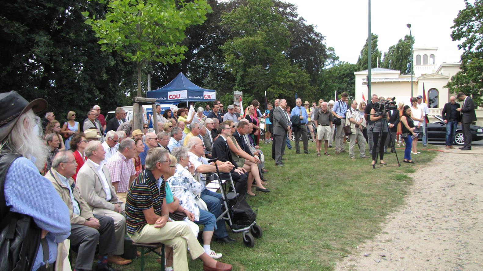 Besucher gedenken der Opfer der Teilung Deutschlands
