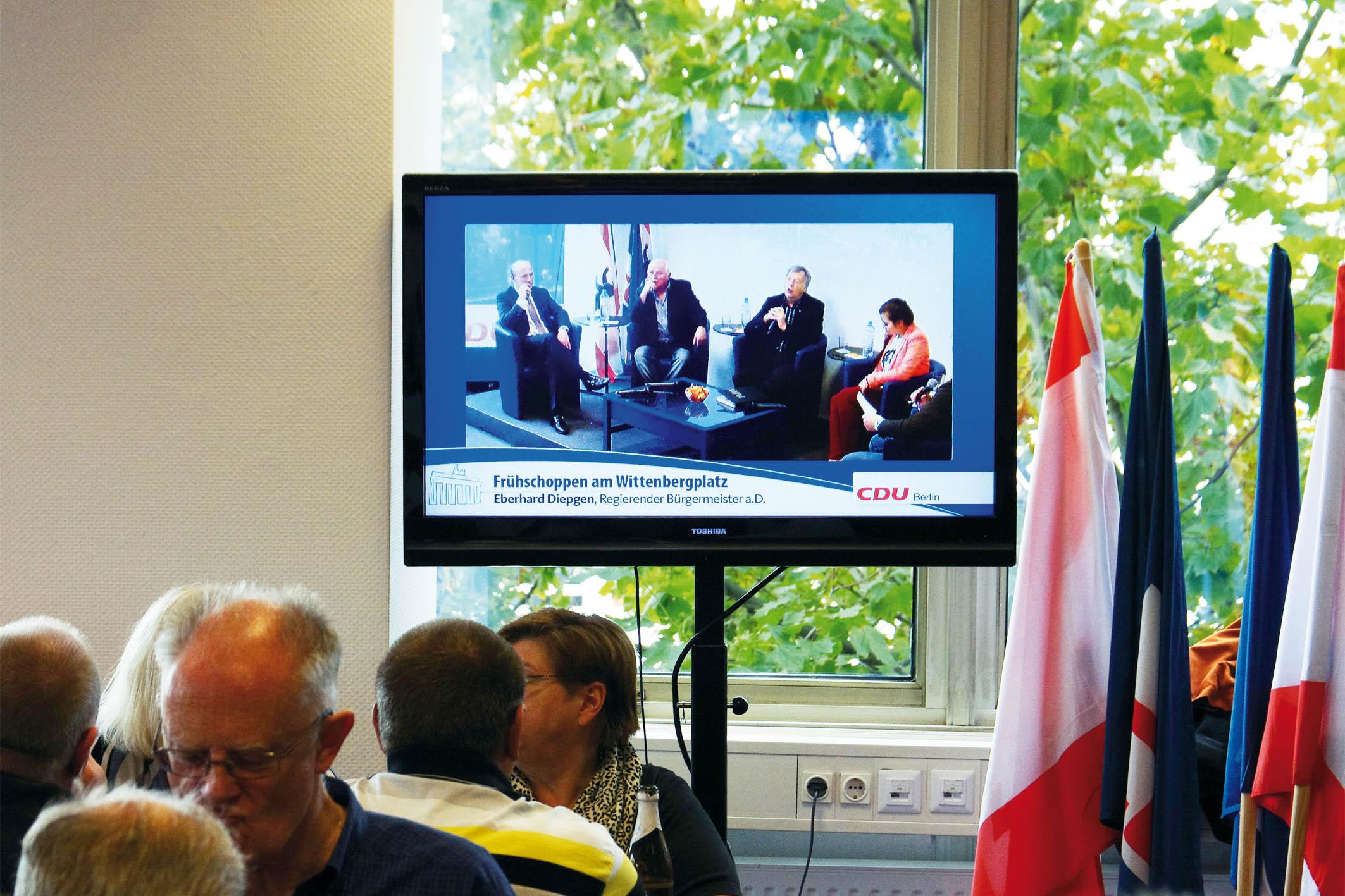 Das Podiumsgespräch wurde auf zwei Bildschirmen übertragen.