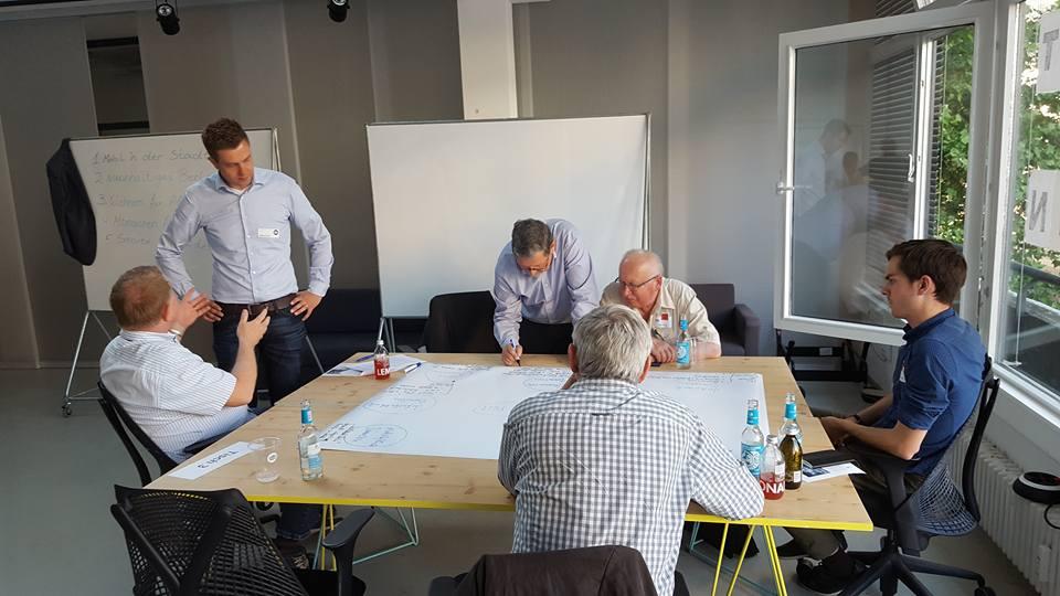Stefan Evers mit einer Arbeitsgruppe