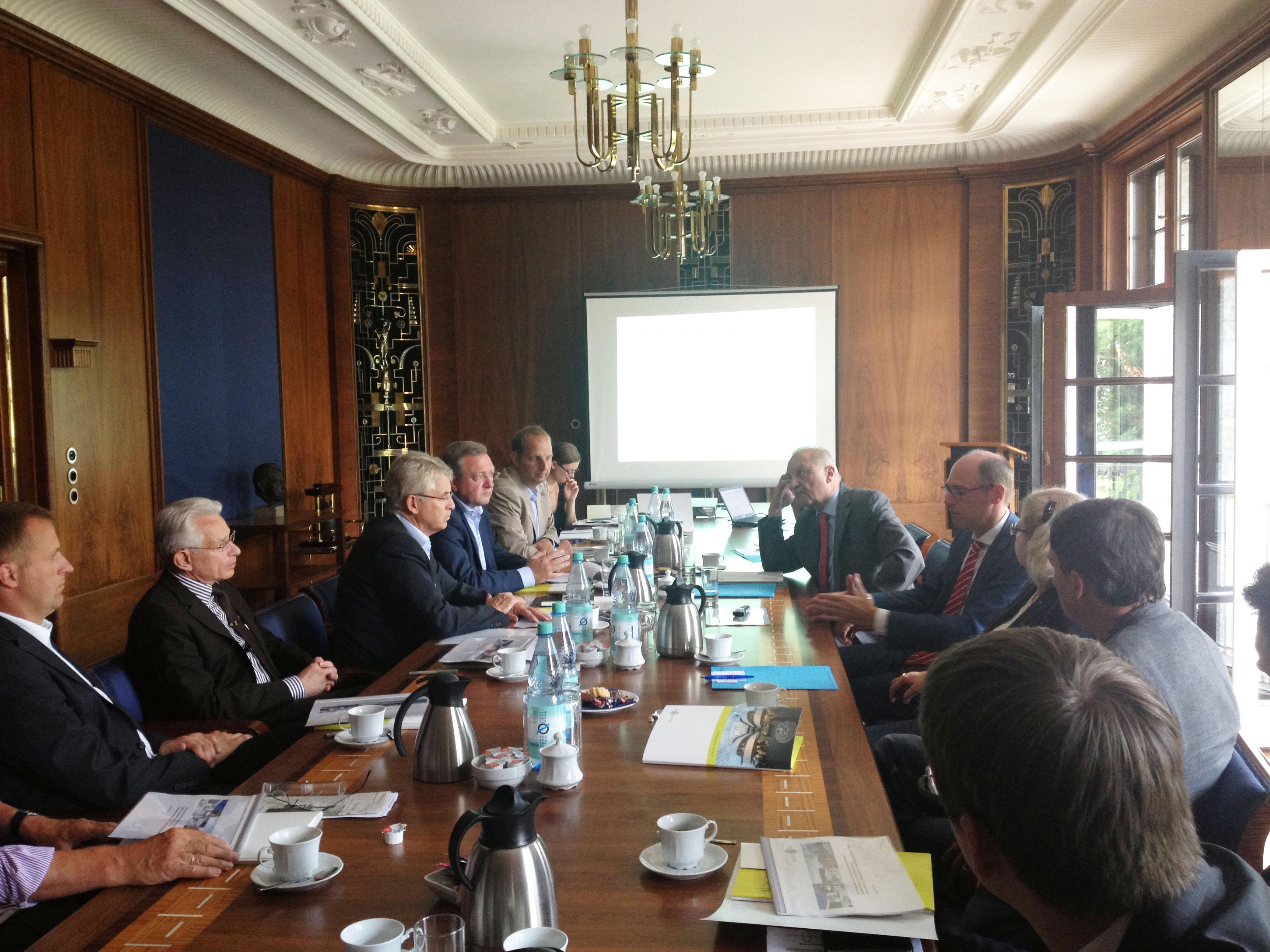 Frank Henkel im Gespräch mit FU-Präsident Alt