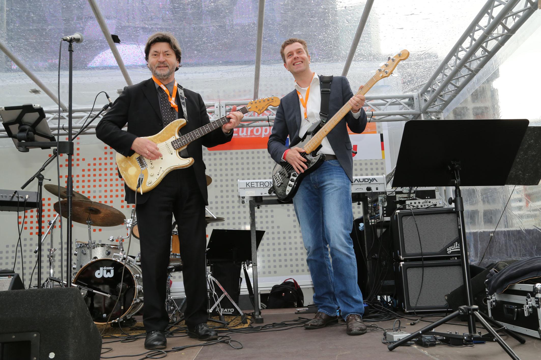 Joachim Zeller und Stefan Evers auf dem Europafest 2014 an der Gitarre