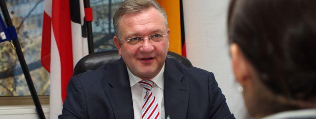 Friedbert Pflüger im Gespräch mit den betroffnen Mitarbeitern von CNH