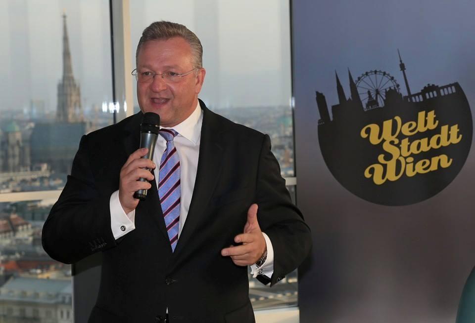 """Der Landesvorsitzende der Berliner CDU, Bürgermeister und Senator für Inneres und Sport, Frank Henkel, diskutiert auf dem Zukunftsdialog der Wiener ÖVP """"Welt Stadt Wien""""."""