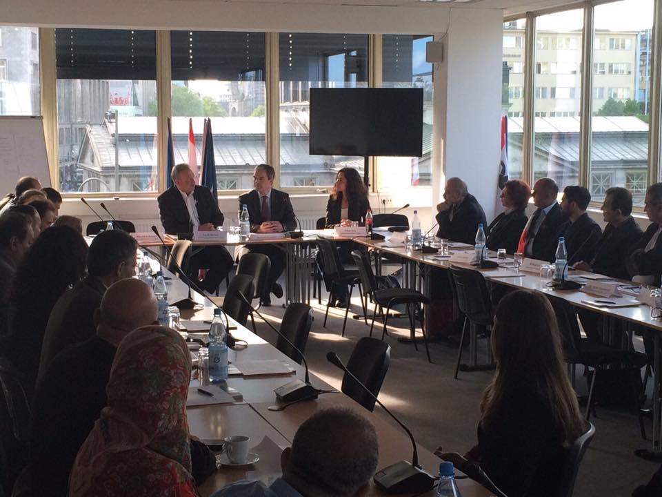 Bündnis für Demokratie und gegen Extremismus diskutiert mit Innensenator Frank Henkel