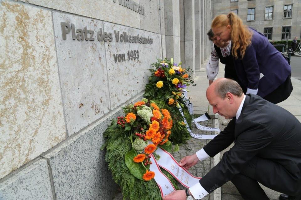 Generalsekretär Kai Wegner legt einen Kranz für die Opfer des Volksaufstandes nieder.