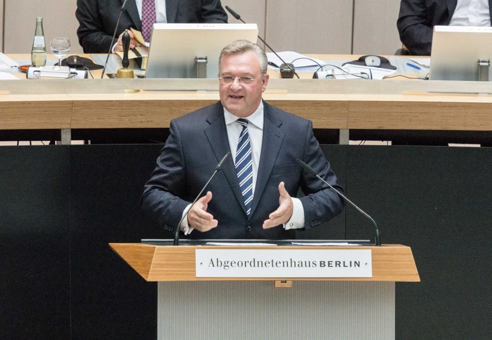 Der Landesvorsitzende der CDU Berlin, Innensenator Frank Henkel, spricht im Abgeordnetenhaus von Berlin.