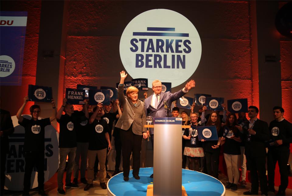 Bundeskanzlerin Angela Merkel gratuliert Spitzenkandidat Frank Henkel.