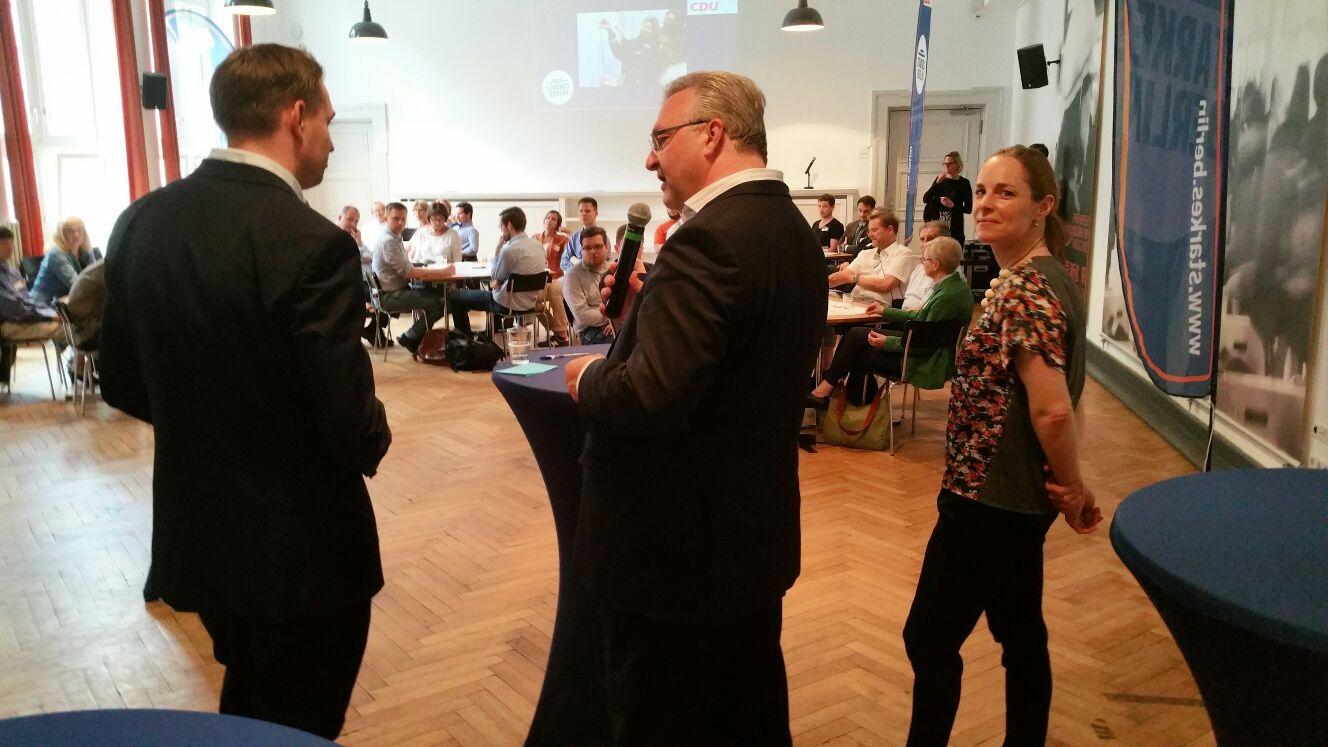 Frank Henkel begüßt die Teilnehmerinnen und Teilnehmer des Programm-Dialogs \
